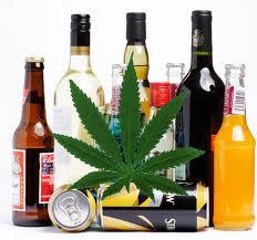 botellas de alcohol y hoja de cánnabis