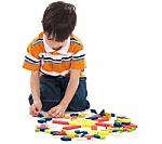 foto de niño jugando con juguetes