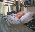 mujer en cama de hospital