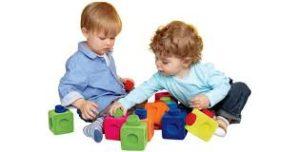 niños menores de cinco años jugando