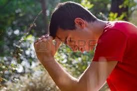 Joven rezando